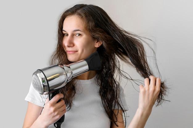 Frau, die haare trocknet Kostenlose Fotos