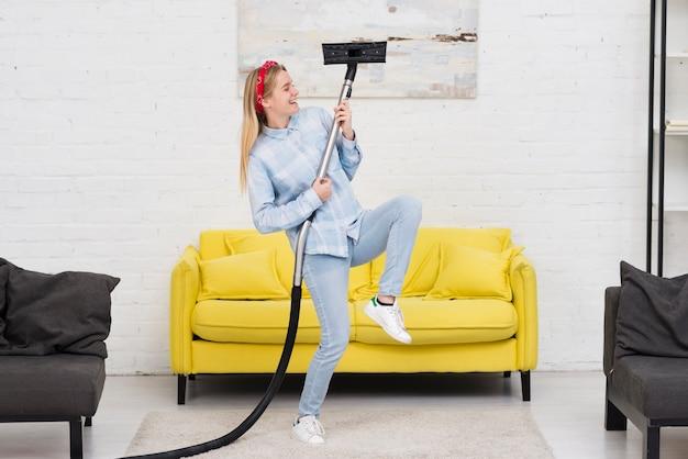 Frau, die hausaufgaben mit vakuum tut Kostenlose Fotos