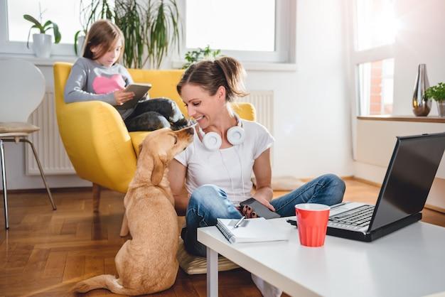 Frau, die hund streicht Premium Fotos