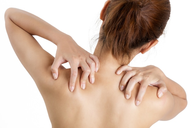 Frau, die ihre schulter im schmerzbereich lokalisiert auf weißem hintergrund hält. Premium Fotos