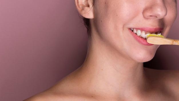Frau, die ihre zahnnahaufnahme putzt Kostenlose Fotos