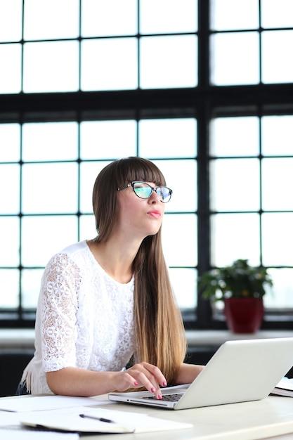 Frau, die im büro arbeitet Kostenlose Fotos