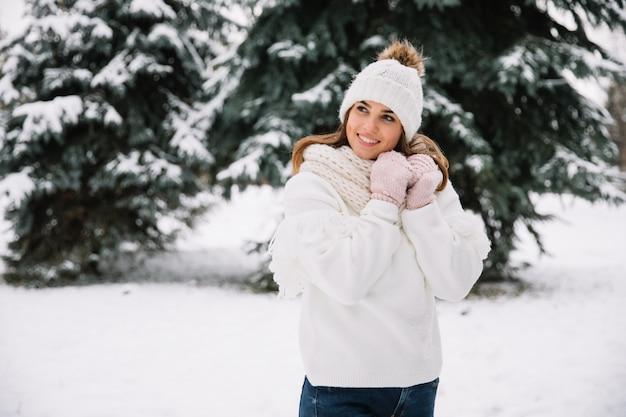 Frau, die im park mit weihnachtslichtern aufwirft. winterferien-konzept. Premium Fotos
