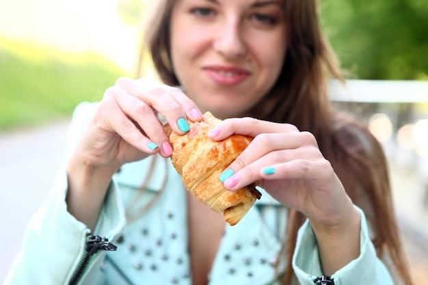 Frau, die im stadtcafé zu mittag isst Kostenlose Fotos