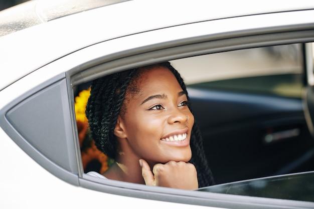 Frau, die im taxi reitet Premium Fotos