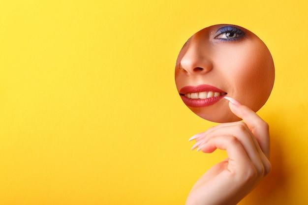 Frau, die in das loch schaut Premium Fotos