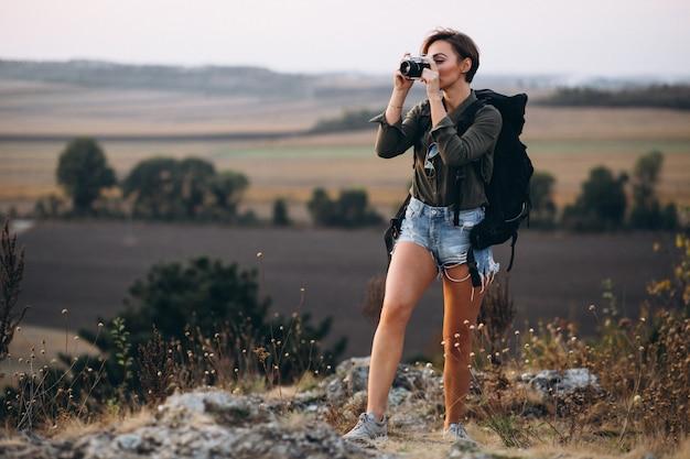 Frau, die in den bergen wandert und foto macht Kostenlose Fotos