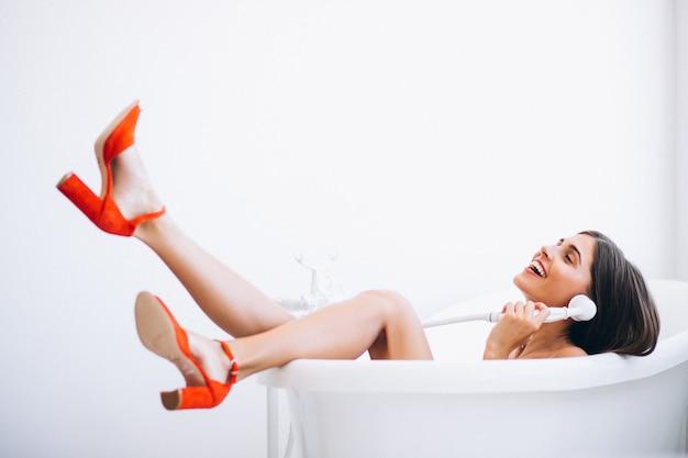 Frau, die in der badezimmermodefotografie liegt Kostenlose Fotos