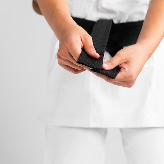 Frau, die in der einheitlichen nahaufnahme ankleidet Kostenlose Fotos