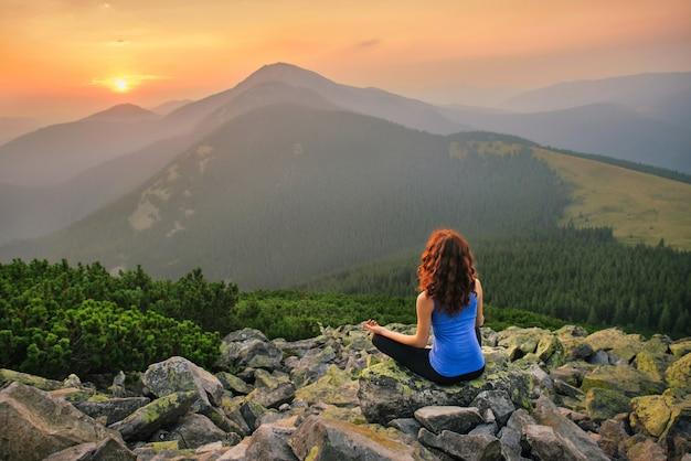 Frau, die in der natur auf sonnenuntergang entspannt Premium Fotos