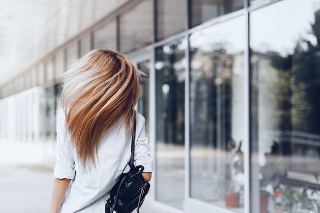 Frau, die in der straße, dunkle tasche halten aufwirft Premium Fotos