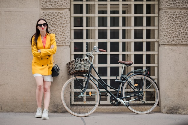Frau, die in stadt geht. junger attraktiver tourist draußen in der italienischen stadt Premium Fotos