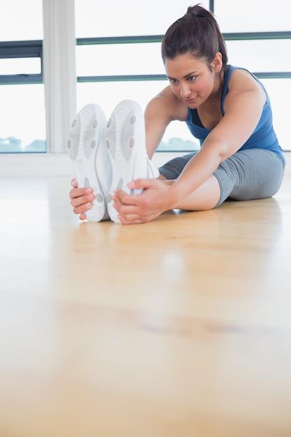 Frau, die in yogahaltung ausdehnt Premium Fotos