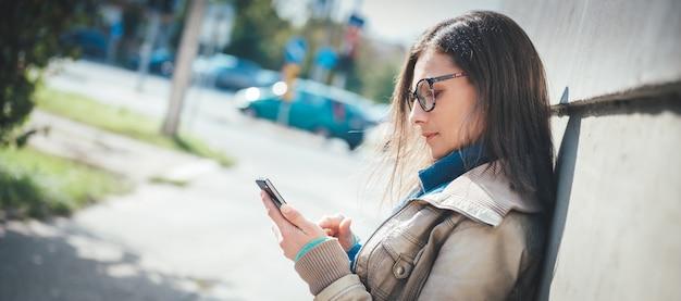 Frau, die intelligentes telefon verwendet Premium Fotos
