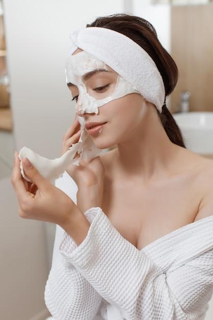 Frau, die kosmetische alginatmaske anwendet Premium Fotos