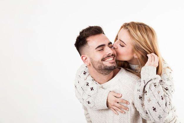 Frau, die lächelnden mann küsst | Kostenlose Foto