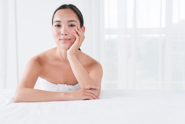 Frau, die mit bademantel in einem badekurort aufwirft Kostenlose Fotos
