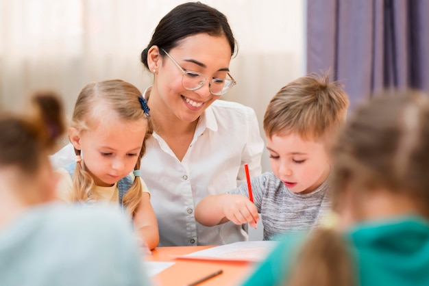 Frau, die mit ihren schülern in der klasse kommuniziert Premium Fotos