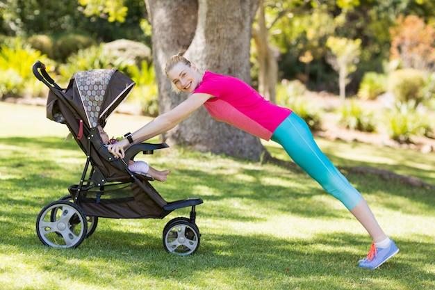 Frau, die mit kinderwagen trainiert Premium Fotos