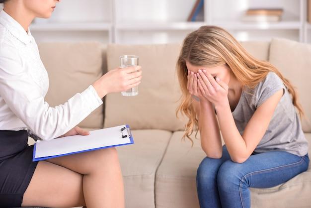 Frau, die mit psychologen über die probleme spricht. Premium Fotos