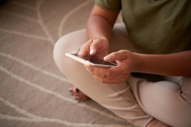 Frau, die modernes smartphone verwendet Kostenlose Fotos