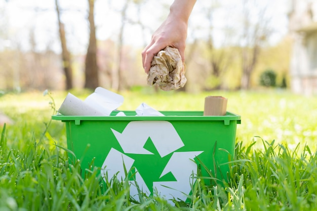 Frau, die müll in recyclingkorb legt Kostenlose Fotos