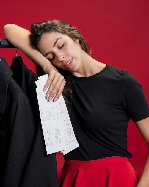Frau, die nach dem einkauf müde schaut Kostenlose Fotos