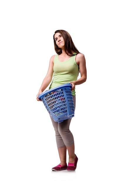 Frau, die nach dem handeln der schmutzigen wäscherei gesessen glaubt Premium Fotos