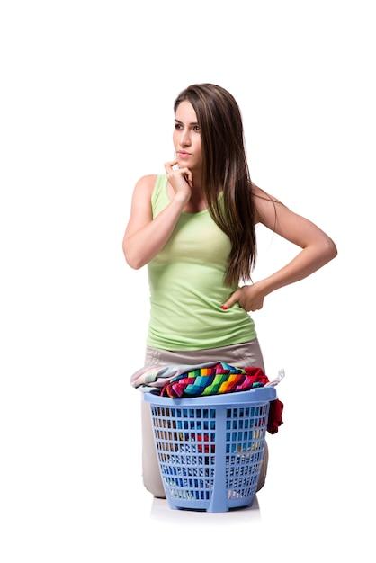 Frau, die nachdem schmutzwäsche gesessen worden ist Premium Fotos
