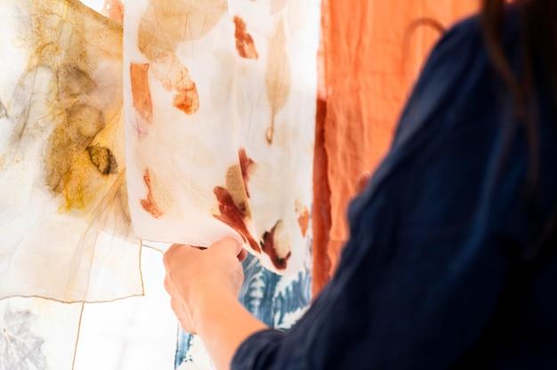 Frau, die natürliche pigmentierte tücher prüft Kostenlose Fotos