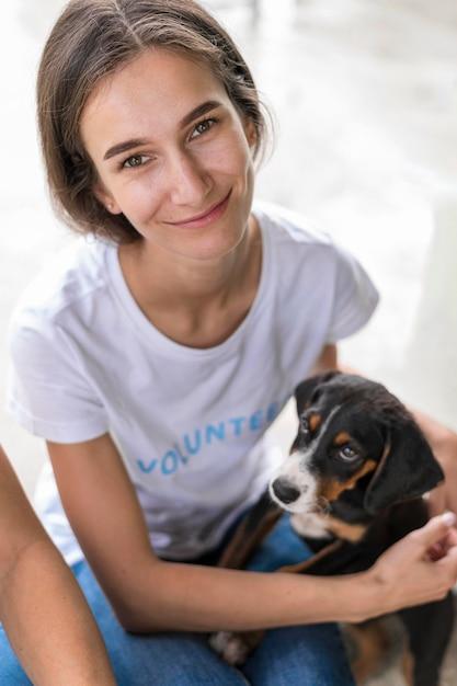 Frau, die niedlichen rettungshund für adoption hält Kostenlose Fotos