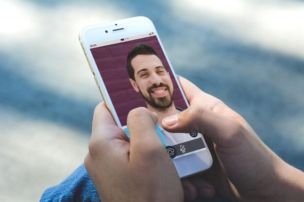 Frau, die online plaudert, indem sie videoanruf auf smartphone macht Premium Fotos