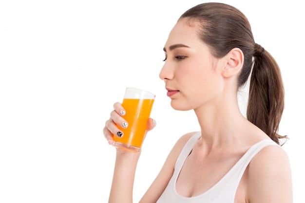 Frau, die orangensaft lokalisiert auf weißem hintergrund hält Premium Fotos