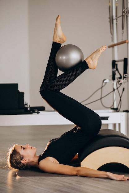 Frau, die pilates mit einer kugel tut Kostenlose Fotos