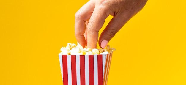 Frau, die popcorn vom kasten isst Kostenlose Fotos