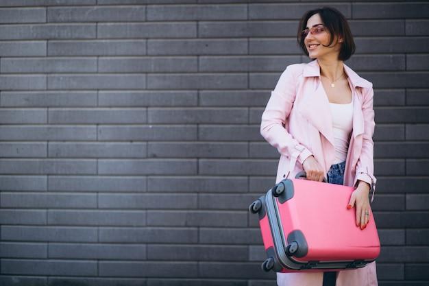 Frau, die rosa tasche reist Kostenlose Fotos
