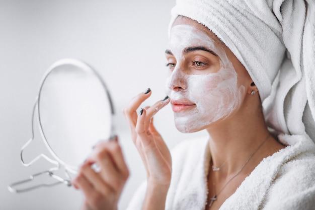 Frau, die schönheitsmaske anwendet Kostenlose Fotos
