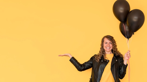 Frau, die schwarzen ballonkopierraum hält Kostenlose Fotos