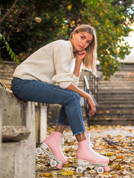 Frau, die seitlich in den jeans und in den rollschuhen aufwirft Kostenlose Fotos