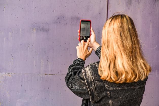 Frau, die selfie auf grunge nimmt Premium Fotos