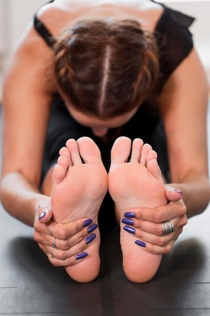 Frau, die sich für körperliche übungen aufwärmt Kostenlose Fotos