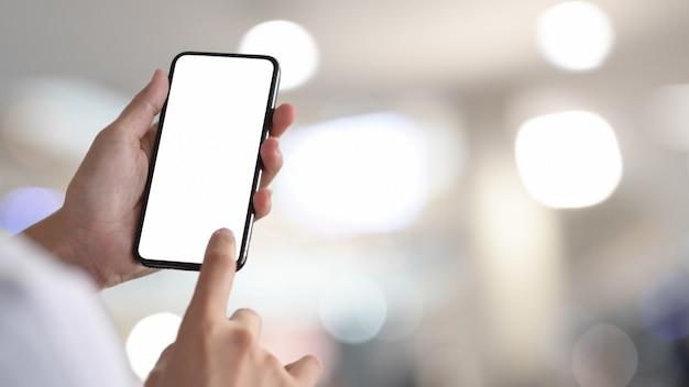 Frau, die smartphone des leeren bildschirms hält und berührt Premium Fotos