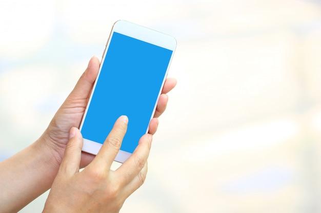 Frau, die smartphone mit leerem bildschirm, kommunikationstechnologiekonzept verwendet Premium Fotos