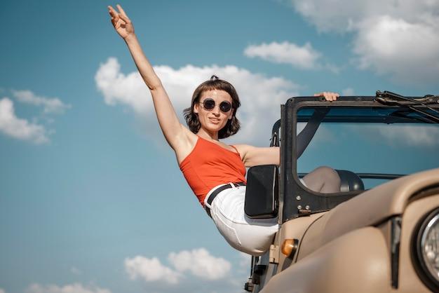 Frau, die spaß hat, mit dem auto zu reisen Kostenlose Fotos