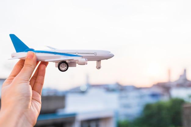 Frau, die spielzeugflugzeug hält Kostenlose Fotos