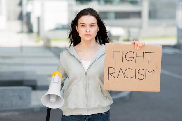 Frau, die stopp-rassismus-zeichen und megaphon hält Kostenlose Fotos