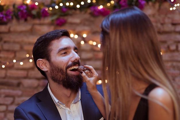Frau, die süßem lächelndem mann gibt Kostenlose Fotos