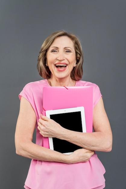 Frau, die tablette lacht und hält Kostenlose Fotos