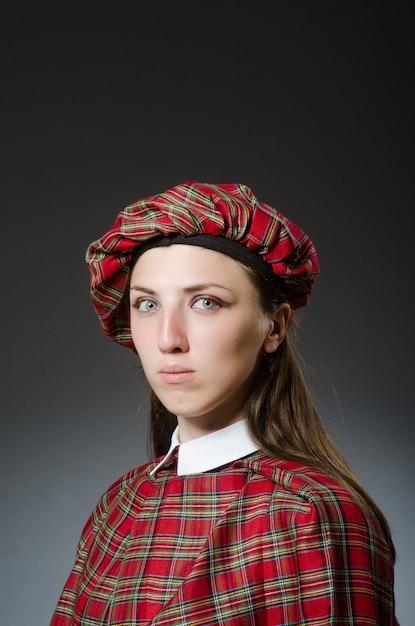 Frau, die traditionelle schottische kleidung trägt Premium Fotos