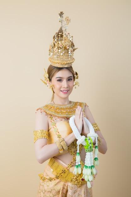 Frau, die typisches thailändisches kleid trägt Kostenlose Fotos